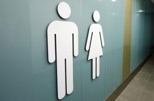 Trabalhadora que aguardava até duas horas para poder ir ao banheiro deve ser indenizada