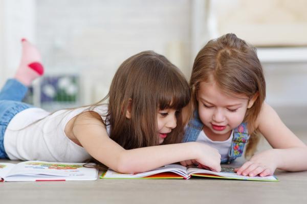 Crianças desenvolvem hábitos de leitura em encontros on-line  de programa de voluntariado