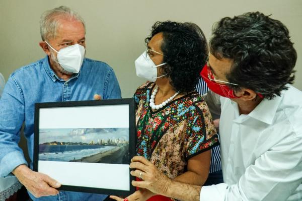 Vereadora entrega fotografia do Morro do Careca ao presidente Lula e pede apoio para preservação de Ponta Negra