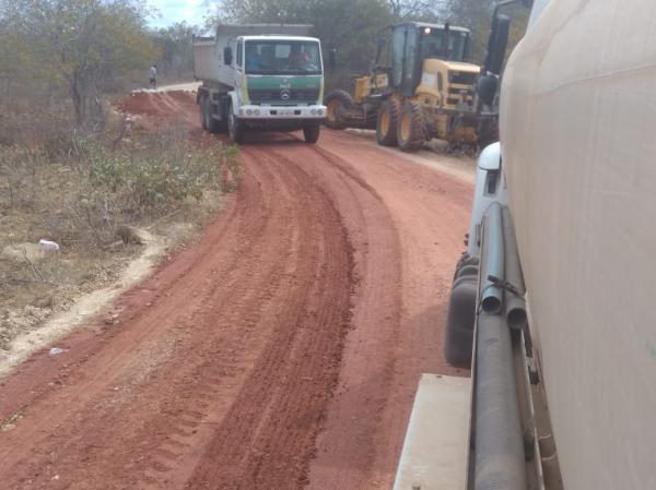 Continuação de trabalho de recuperação de estradas vicinais acontece em Felipe Guerra
