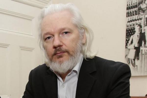 Zizek: Meu encontro com Assange na prisão