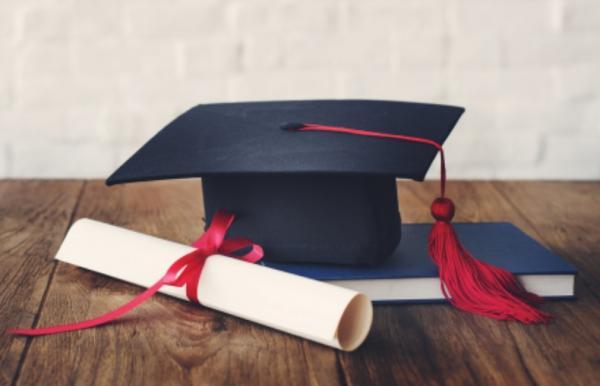 Universidade deve pagar danos morais por atraso em entrega de diploma