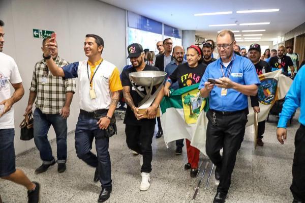 Surfista campeão do mundo, Ítalo Ferreira é recebido com honrarias de herói potiguar