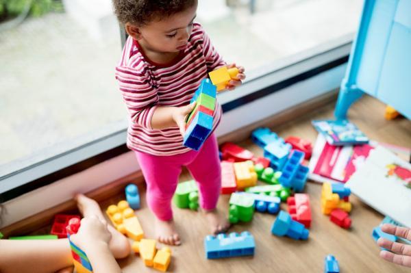 Atividades em casa podem ajudar crianças com autismo durante isolamento