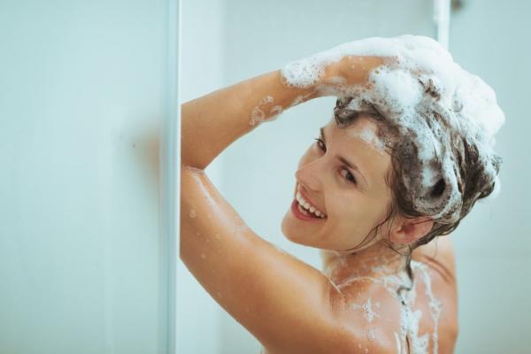 Lavar os cabelos com menor frequência potencializa a queda dos fios durante o Isolamento Social